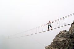 Περίπατοι ατόμων σε μια γέφυρα αναστολής Στοκ Φωτογραφίες