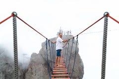 Περίπατοι ατόμων σε μια γέφυρα αναστολής Στοκ Φωτογραφία