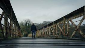 Περίπατοι ατόμων στην παλαιά γέφυρα τραίνων φιλμ μικρού μήκους