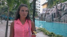 Περίπατοι γυναικών γύρω από το ξενοδοχείο με τους πράσινους φοίνικες και τις γκρίζες πέτρες απόθεμα βίντεο
