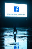 Περίπατοι γυναικών στο σκοτάδι κάτω από το σημάδι Στοκ εικόνες με δικαίωμα ελεύθερης χρήσης