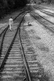 Περίπατοι κοριτσιών μόνο στις διαδρομές σιδηροδρόμου, γραπτές Στοκ φωτογραφίες με δικαίωμα ελεύθερης χρήσης