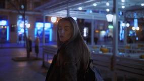 Περίπατοι κοριτσιών τη νύχτα στην πόλη απόθεμα βίντεο