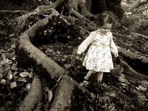 Περίπατοι μικρών κοριτσιών κάτω από ένα γιγαντιαίο παλαιό δέντρο Στοκ Φωτογραφίες