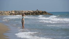 Περίπατοι νέων κοριτσιών κατά μήκος της παραλίας της παραλίας σε σε αργή κίνηση απόθεμα βίντεο