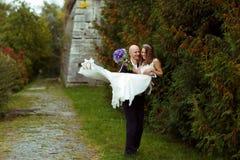 Περίπατοι νεόνυμφων με μια νύφη στα όπλα του κατά μήκος του πάρκου Στοκ Εικόνες