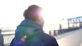Περίπατοι πρωινού στο καθαρό αέρα στο πάρκο Ο νέος τύπος οδηγεί έναν υγιή τρόπο ζωής απόθεμα βίντεο
