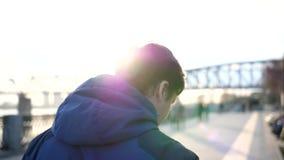 Περίπατοι πρωινού στο καθαρό αέρα στο πάρκο Ο νέος τύπος οδηγεί έναν υγιή τρόπο ζωής φιλμ μικρού μήκους