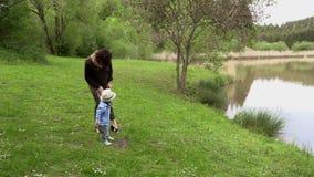 Περίπατοι Mom με την λίγος γιος απόθεμα βίντεο