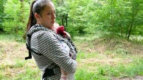 Περίπατοι Mom με το μωρό στο πάρκο φιλμ μικρού μήκους