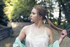Περίπατος άνοιξη με μια νεολαία ξανθή Στοκ Εικόνες