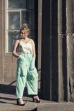 Περίπατος άνοιξη με μια νεολαία ξανθή Στοκ εικόνες με δικαίωμα ελεύθερης χρήσης