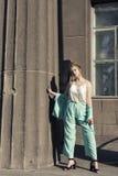 Περίπατος άνοιξη με μια νεολαία ξανθή Στοκ φωτογραφίες με δικαίωμα ελεύθερης χρήσης