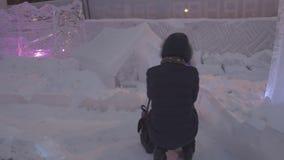 Περίπατος ανθρώπων και μωρών στην πόλη πάγου κατά τη διάρκεια των χιονοπτώσεων Παιχνίδια παιδιών στην παγοκαλύβα στην πόλη πάγου, απόθεμα βίντεο