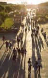 Περίπατος από τη διάσημη αποβάθρα 39 που συσσωρεύεται με τους ανθρώπους στο ηλιοβασίλεμα Στοκ εικόνα με δικαίωμα ελεύθερης χρήσης
