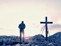 Περίπατος ατόμων κατά μήκος του ξύλινου σταυρού σε μια αιχμή βουνών που χτίζεται στις Άλπεις victiims Σταυρός στην κορυφή Στοκ εικόνα με δικαίωμα ελεύθερης χρήσης