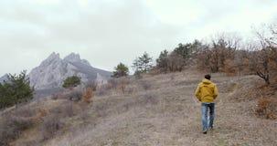 Περίπατος ατόμων στους βράχους και τα βουνά απόθεμα βίντεο