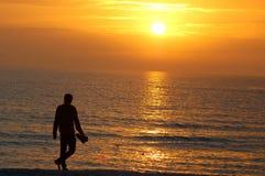 περίπατος ηλιοβασιλέμα&ta Στοκ Εικόνες