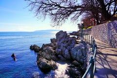 Περίπατος θαλασσίως σε Moscenicka Draga στην Κροατία στην αδριατική θάλασσα Στοκ Φωτογραφίες