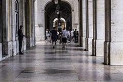 Περίπατος κάτω από τα arcades στη Λισσαβώνα Στοκ φωτογραφία με δικαίωμα ελεύθερης χρήσης
