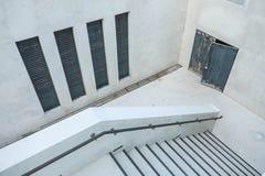 Περίπατος κάτω στο υπόγειο του κτηρίου Στοκ εικόνα με δικαίωμα ελεύθερης χρήσης
