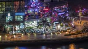 Περίπατος και κανάλι στη μαρίνα του Ντουμπάι με τους ουρανοξύστες και τα γιοτ πολυτέλειας γύρω στη νύχτα timelapse, Ηνωμένα Αραβι φιλμ μικρού μήκους