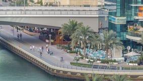Περίπατος και κανάλι στη μαρίνα του Ντουμπάι με τους ουρανοξύστες πολυτέλειας και τα γιοτ γύρω από το timelapse, Ηνωμένα Αραβικά  απόθεμα βίντεο