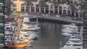 Περίπατος και κανάλι στη μαρίνα του Ντουμπάι με τους ουρανοξύστες πολυτέλειας και τα γιοτ γύρω από το timelapse, Ηνωμένα Αραβικά  φιλμ μικρού μήκους