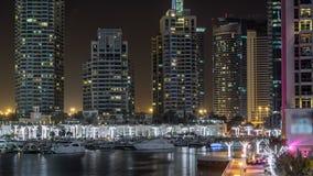 Περίπατος και κανάλι στη μαρίνα του Ντουμπάι timelapse τη νύχτα, Ε.Α.Ε. απόθεμα βίντεο