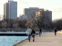 Περίπατος και ποδήλατο ανθρώπων στο λιμάνι Montrose, Σικάγο στοκ εικόνες