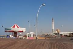 Περίπατος και σταθμός παραγωγής ηλεκτρικού ρεύματος ανάγνωσης σε ένα Τελ Αβίβ Στοκ Εικόνες