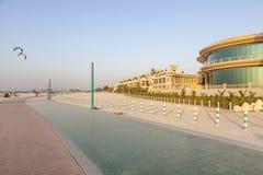 Περίπατος και τρέχοντας γραμμή στην παραλία στο Ντουμπάι, Ε.Α.Ε. Στοκ Φωτογραφία