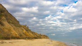 Περίπατος κατά μήκος της δύσκολης ακτής της θάλασσας απόθεμα βίντεο