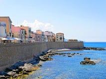 Περίπατος κατά μήκος της θάλασσας και τοίχοι σε Alghero Σαρδηνία, Ιταλία στοκ φωτογραφία