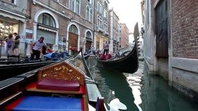 Περίπατος κατά μήκος των καναλιών σε μια γόνδολα στη Βενετία απόθεμα βίντεο