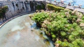 Περίπατος κοντά σε Fonte Arethusa στην πόλη των Συρακουσών Στοκ Εικόνα