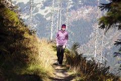 Περίπατος κοριτσιών πέρα από τα βουνά, τσεχικά βουνά Krkonose Στοκ εικόνες με δικαίωμα ελεύθερης χρήσης