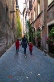 Περίπατος μητέρων και δύο κορών στην παλαιά ευρωπαϊκή πόλη Στοκ Εικόνες