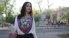 Περίπατος οδών, κομψή επιχειρησιακή γυναίκα που πηγαίνει υπαίθρια στην ημέρα πόλεων την άνοιξη απόθεμα βίντεο