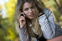 περίπατος πάρκων κοριτσιώ&n Στοκ Εικόνες