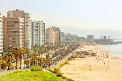 Περίπατος παραλιών με το σύγχρονο κτήριο, το δρόμο, την αμμώδεις παραλία και τη θάλασσα, Βηρυττός, Λίβανος στοκ φωτογραφίες