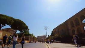 Περίπατος που οδηγά ένα ποδήλατο στα αυτοκρατορικά φόρουμ στη Ρώμη σε αργή κίνηση FDV απόθεμα βίντεο
