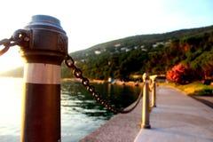 Περίπατος προκυμαιών στη Μεσόγειο πριν από το ηλιοβασίλεμα με το α Στοκ εικόνες με δικαίωμα ελεύθερης χρήσης
