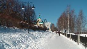 Περίπατος σε Kirov το Μάρτιο μια ηλιόλουστη ημέρα απόθεμα βίντεο