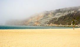 Περίπατος στην παραλία σε Nazare στοκ εικόνες