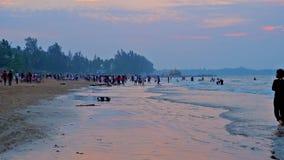 Περίπατος στην παραλία Chaung Tha βραδιού, το Μιανμάρ απόθεμα βίντεο