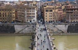 Περίπατος στη γέφυρα Ponte Sant ` Angelo αγγέλου του ST από Castel Sant ` Angelo στην πόλη της Ρώμης Στοκ Εικόνες
