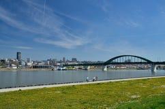 Περίπατος στη γέφυρα Sava και τραμ Στοκ Φωτογραφία