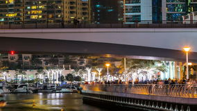 Περίπατος στη μαρίνα του Ντουμπάι timelapse τη νύχτα, Ε.Α.Ε. απόθεμα βίντεο