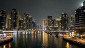 Περίπατος στη μαρίνα του Ντουμπάι timelapse hyperlapse τη νύχτα, Ε.Α.Ε. απόθεμα βίντεο